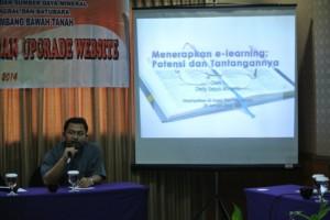 Saat presentasi pemanfaatan e-learning pada acara Balai Diklat Tambang Bawah Tanah, Batam. 28 Januari 2014