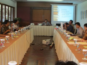 Berbagi pengalaman dan kenalan dengan teman2 baru. Narasumber Konsep Pengelolaan Pembelajaran Jarak Jauh, 29 Nov 2013. @ Giri Gahana Hotel, Bandung