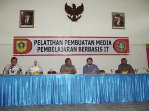 Narasumber Pelatihan Pembuatan Media Pembelajaran, bersama PGRI Kabupaten Bogor. Sesi Pembukaan acara. Bogor, 13 Januari 2015